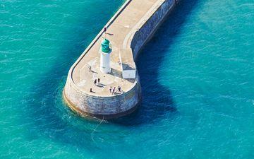 Die kleine Pier und der grüne Leuchtturm