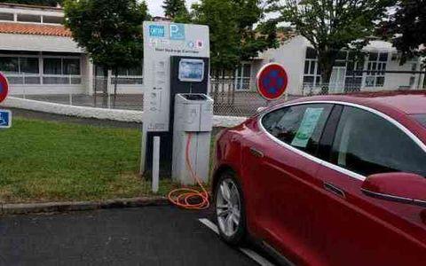 Borne électrique - parking école Millet